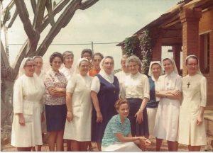 Soeur Renée est la quatrième à partir de la gauche.