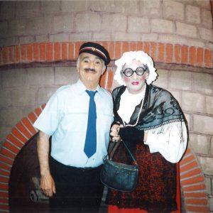 Georges Dobrange apparait dans la distribution et vous découvrez aux côtés de Georges, Fernand Sardou déguisé en femme incarnant le rôle hilarant de la fameuse « Tante Clarisse ».