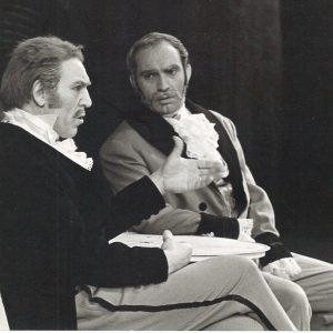Dans « Valses de Vienne », Georges alias « Drexler » dans son rôle de médiateur, écoute attentivement Robert Mathieu (figure emblématique du Palais des beaux-arts de Charleroi) incarnant le père Strauss.